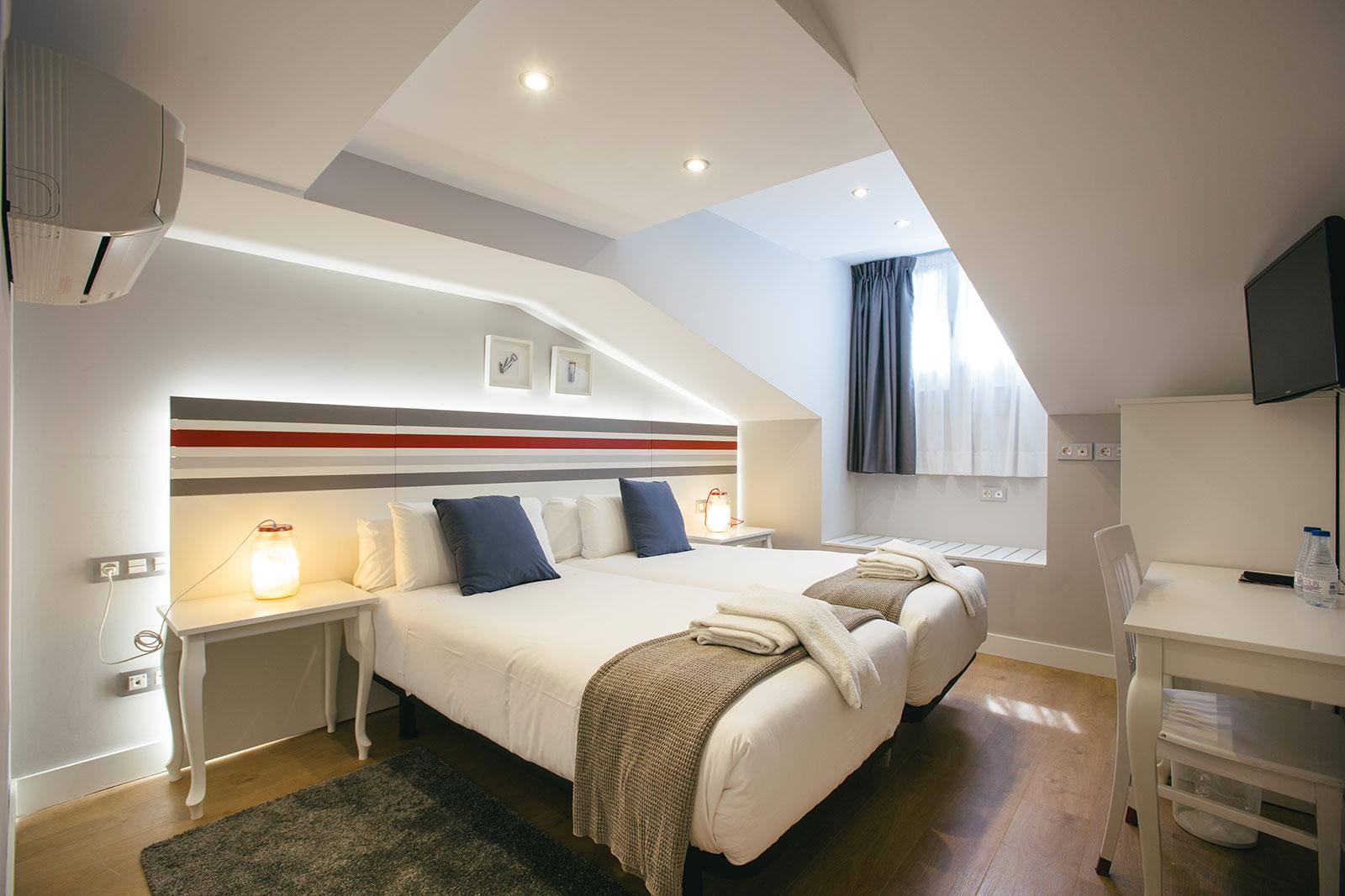 Exterior bedroom twin beds